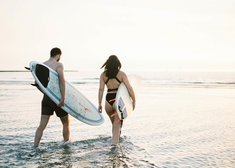 Surfer-couple-film-photography-adventurous-at-the-beach-surfs-up9