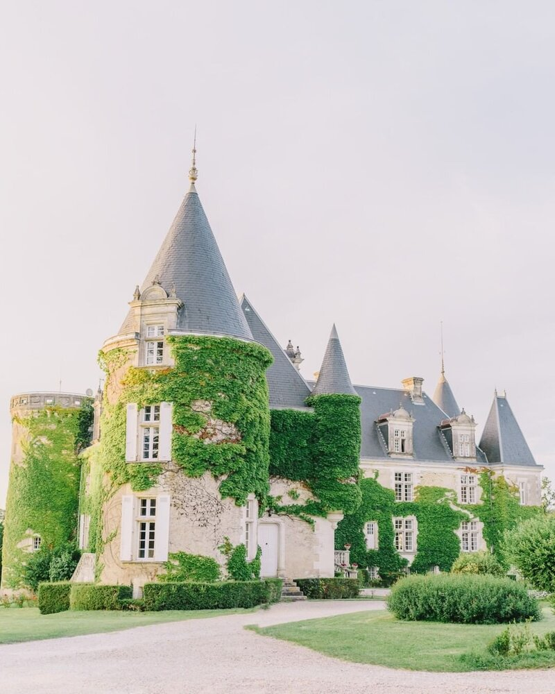 French castle venue with an ivy covered turret captured by Elias Kordelakos