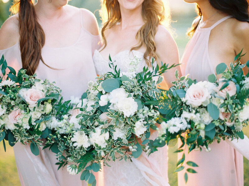 053-organic-and-boho-bridesmaids-bouquets-blush-and-white