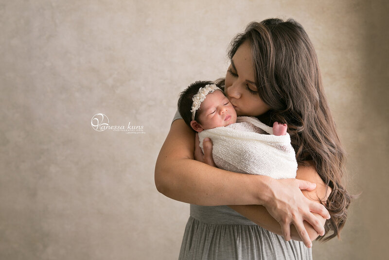 vanessakunsphotography_newborn_girl_mommy_1