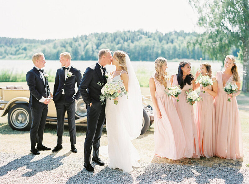 018-bridal-party-in-front-of-vintage-getaway-car