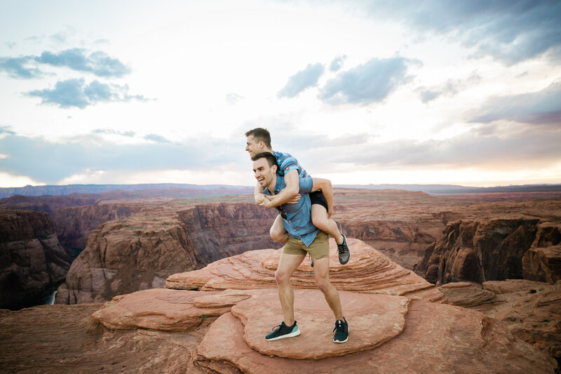 Aimee-flynn-photo-hiking-adventure-session-at-Horseshoe-Bend-37