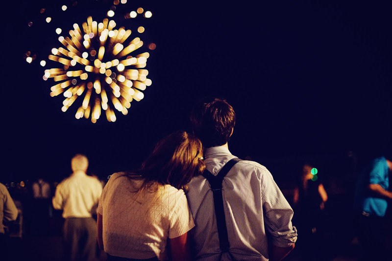 couple_watch_fireworks