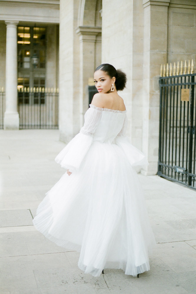 French bride horlding a bouquet of flower during her destination wedding in Paris