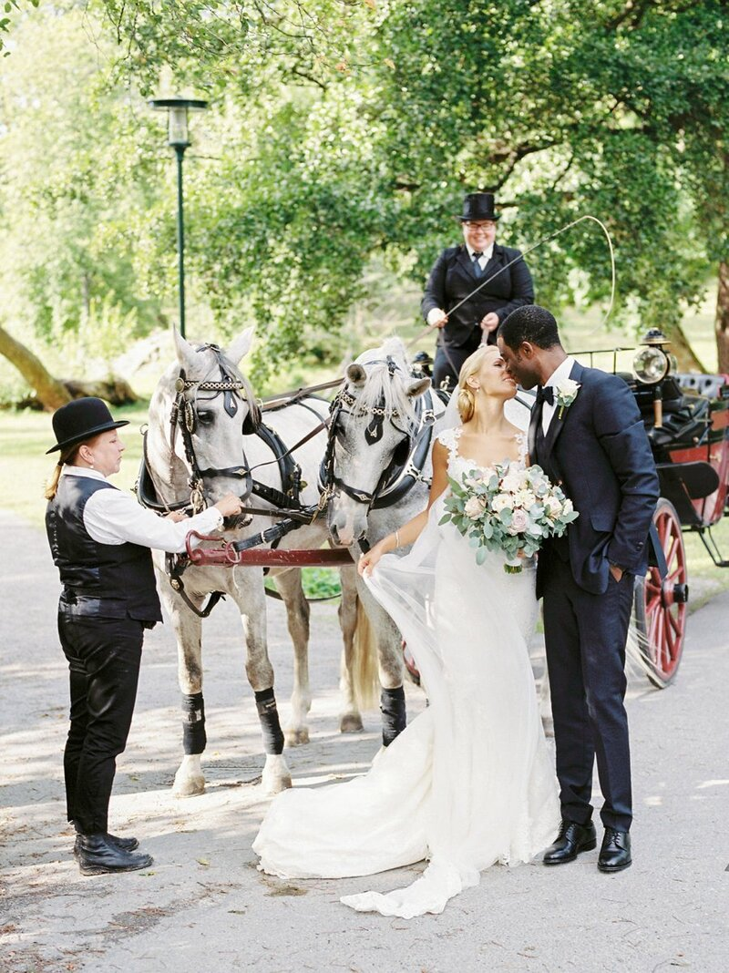 0022_Newlyweds-with-horse-and-carriage-Stockholm