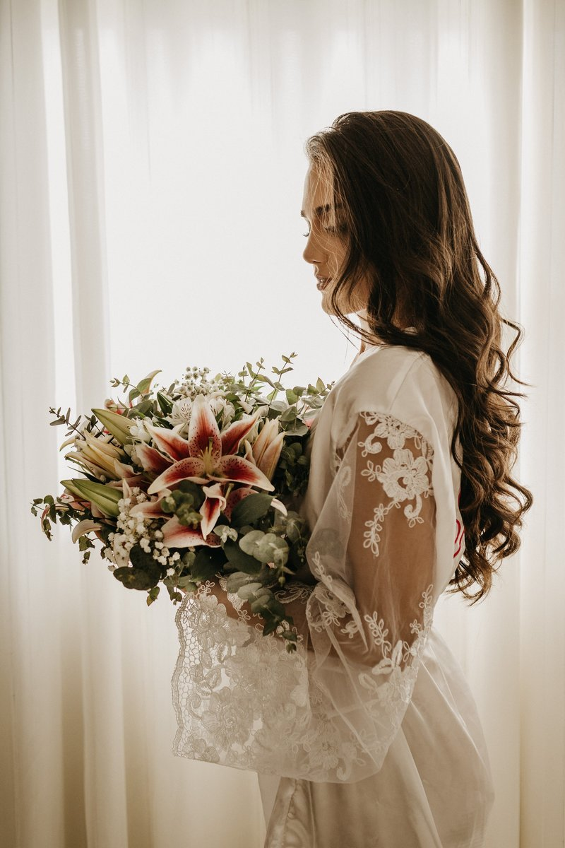 woman-flowers-standing-bouquet-3292699