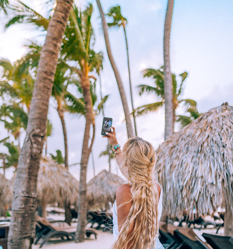 kellyyhill-girl-taking-iphone-pictures-tropical-paradise