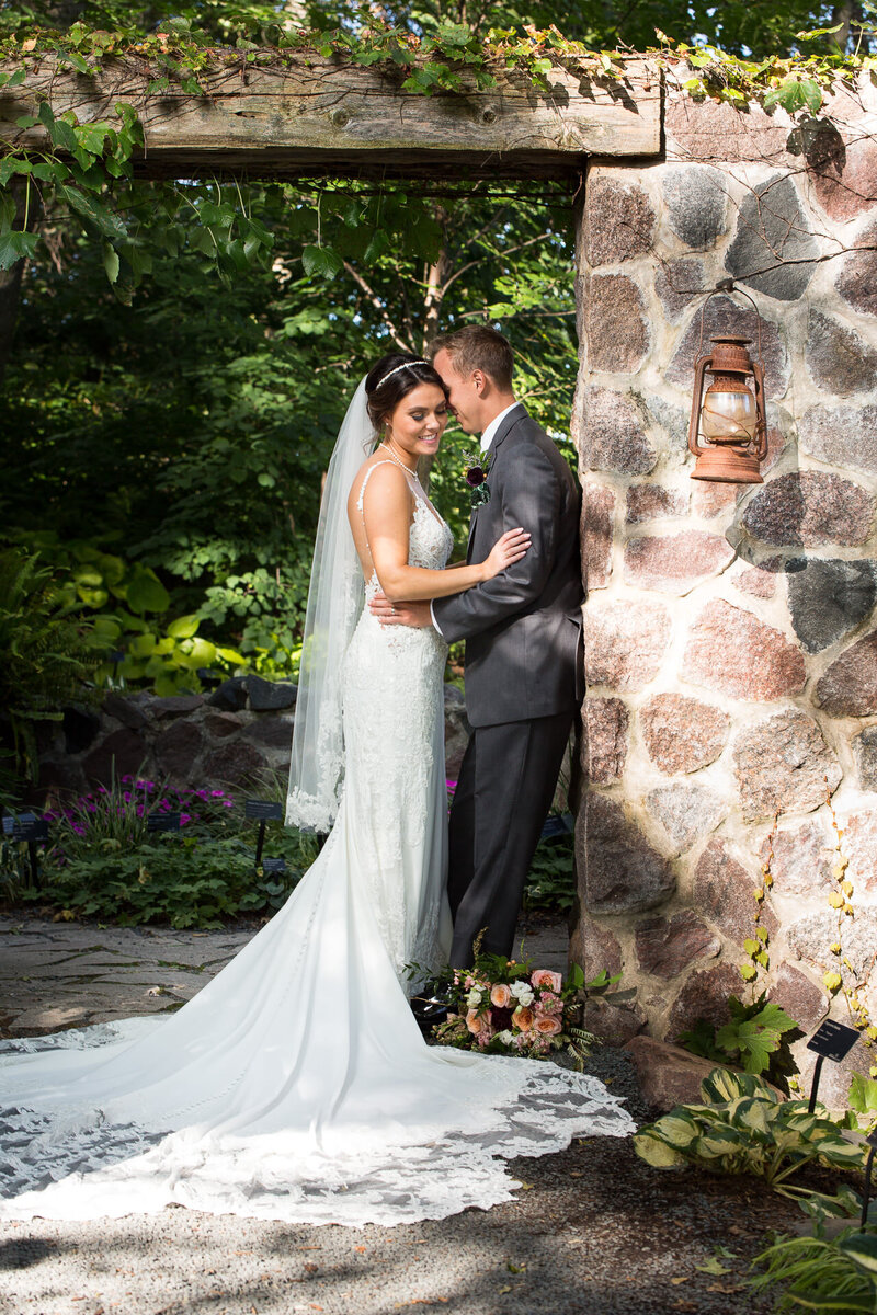 bride and groom kissing at green bay botanical gardens