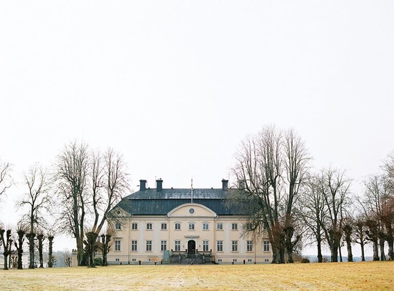 Outdoor-winter-wedding-Hedenlunda-Slott-Sweden-01-768x567