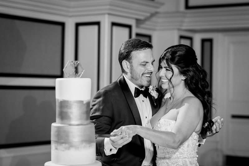 Bride and Groom Cutting cake at wedding | Orlando Wedding Photographer