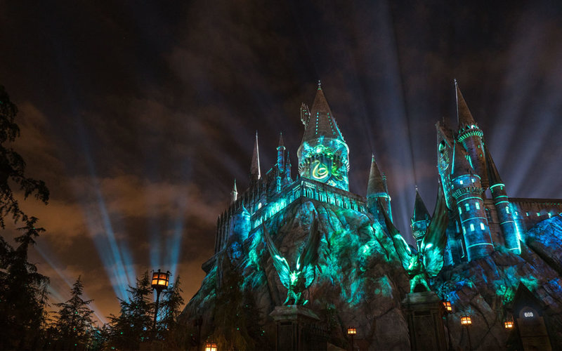 The-Nighttime-Lights-at-Hogwarts-Castle-Slytherin-1170x731