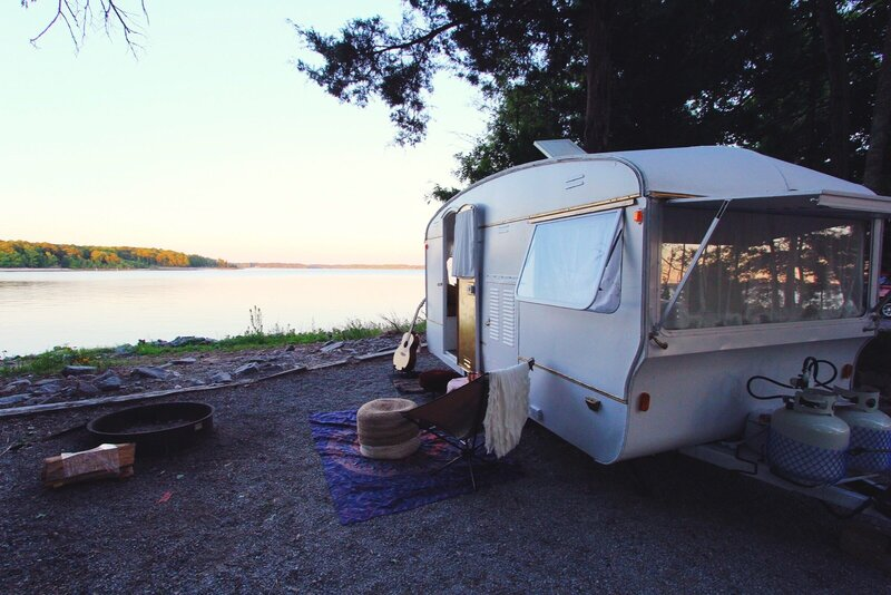 vintage-camper-classic-white-gold-reno-inspirations-ideas-boho-gypsy-hippy-pearl-musician-singer-songwriter-interior21
