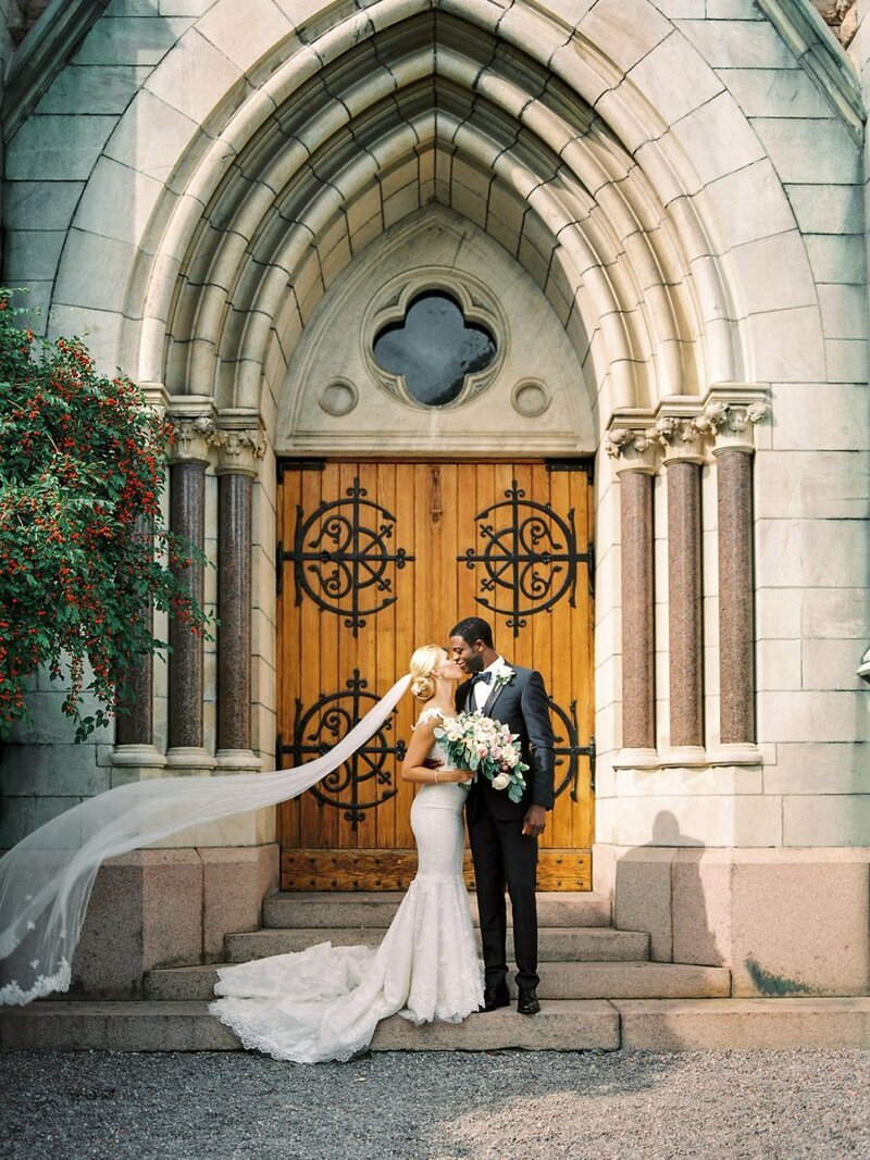 0017_Newlyweds-outsode-oscars-Kyrkan
