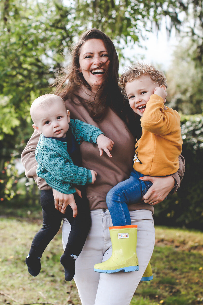 FAMILY-PORTRAIT-MUM-JUGGLING-BOYS-NATURAL-PHOTOGRAPHY-0007