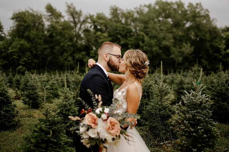 meg-thompson-photography-whitetail-tree-farm-wedding-michelle-kyle-487