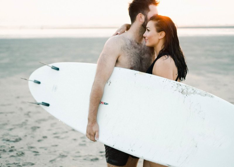 Surfer-couple-film-photography-adventurous-at-the-beach-surfs-up20