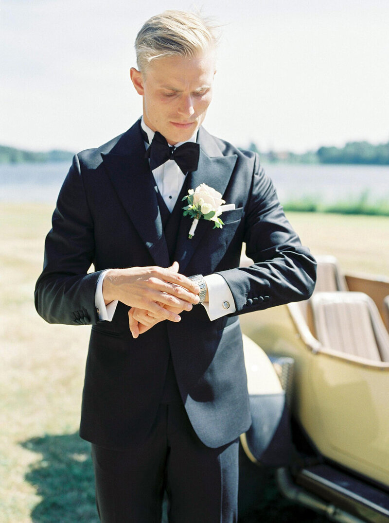 011-groom-looking-at-his-watch-checking-the-time-for-the-bride-to-arrive-at-södertuna-slott