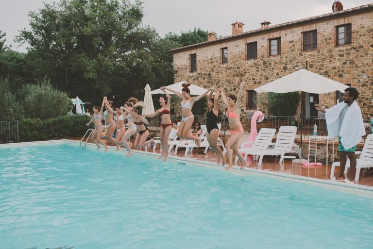 Laura en Ramon trouwen toscane pool-party-768x513