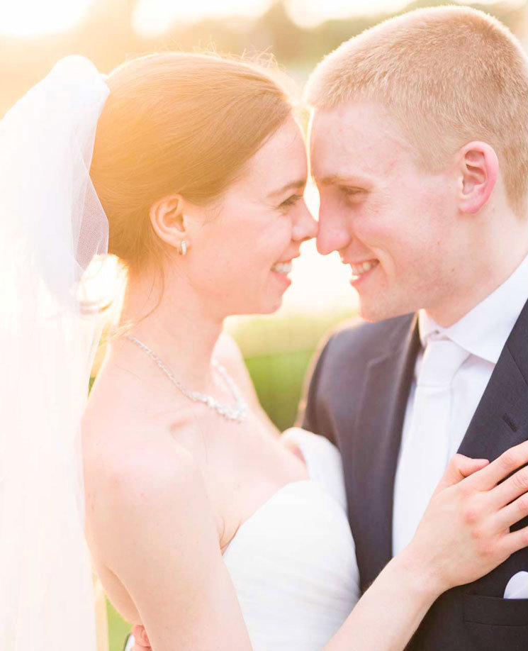bride-and-groom-portrait-in-the-sun-light