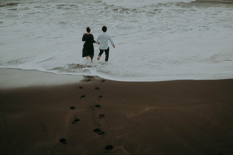 couple run toward to sea