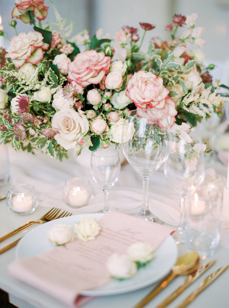 wedding table styling with a rose concept designed by Stockholm wedding planner and designer Linnéa Bergqvist