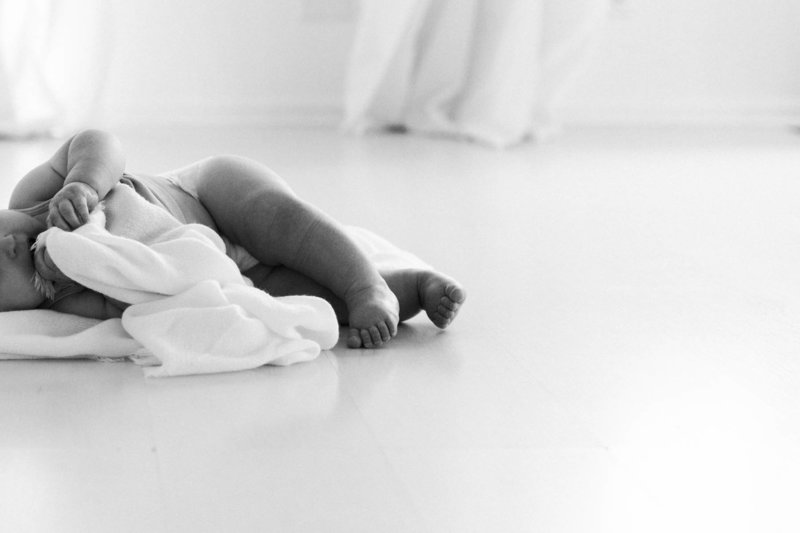 Chicago baby photographer Elle Baker PHotography captures baby in her white studio